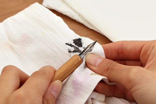 Linen cloths and cloth-like paper towels are less likely to deposit lint on your nib.